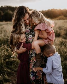 """Style & Select on Instagram: """"So many huggggggs 😍 Styling tip #134 if you or your clients aren't super confident in mixing multiple patterns there's a safer way to do…"""" Cute Family Photos, Family Love, Family Pictures, Couple Photos, Mommy And Me, Photo Poses, The Selection, Photo And Video, Future Goals"""