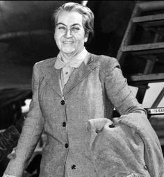 Gabriela Mistral  Poetisa, diplomática y pedagoga chilena. Fue la primera latinoamericana en ganar el Premio Nobel de Literatura, en 1945.