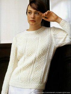 Белый пуловер красивыми рельефами