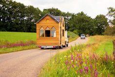 Minimaliste, nomade, écolo, originale et intelligente, la Tiny house est une maison de poupée qui a le vent en poupe. À Saint-Méard de Gurçon, dans le Sud-Ouest de la Dordogne, Pauline et Romain créent et vendent du rêve...