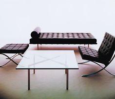 Mesa Barcelona, Mies Van der Rohe, 1929  Assim como a poltrona, puff  e couch a Mesa Barcelona também faz parte da coleção de Mies, projetada para o Pavilhão Alemão na Exposição Mundial de 1929.