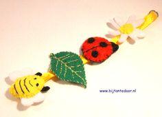 leuke voorjaarshanger. Pakketjes met alle materialen en beschrijving zijn te verkrijgen via www.bijtantedoor.nl Crochet Earrings