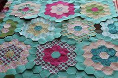 Otra de las técnicas de Patchwork conocida es una que siempre vemos compuesta de hexágonos unidos de diferentes colores y estampados para formar un dibujo; a esta técnica se le conocer como el jardín de la abuela.