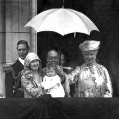 1927 Duke and Duchess of York with King George V and Queen Mary and Princess Elizabeth on the balcony of Buckingham Palace Royal Queen, Queen Mary, Queen Elizabeth Ii, King Queen, Prince And Princess, Princess Mary, British Monarchy History, British History, Duchess Of York