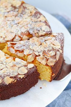 A delicious and moist flourless orange and almond cake made with whole oranges and almond meal! A simple gluten-free dessert! Cakes To Make, How To Make Cake, Easy Gluten Free Desserts, Gluten Free Cakes, Gluten Free Baking, Gluten Free Almond Cake, Whole Orange Cake, Orange And Almond Cake, Orange Cakes