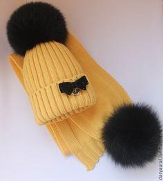 "Комплект ""Солнышко"" - купить или заказать в интернет-магазине на Ярмарке Мастеров | Комплект шапочка, шарф из мягкой, нежной шерсти… Knitted Hats Kids, Baby Hats Knitting, Knitting Projects, Knitting Patterns, Crochet Slouchy Beanie, Cute Beanies, Bobble Hats, Cool Hats, Crochet Yarn"