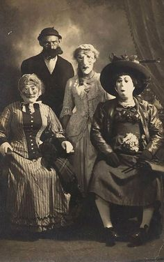25 Deeply Disturbing Old-Timey Halloween Pictures That Will Give You The Jitters imagenes assustadoras 25 Creepy Vintage Halloween Costumes that Will Give You Nightmares Coastumes Halloween Effrayants, Creepy Costumes, Creepy Halloween Costumes, Halloween Party Decor, Halloween Makeup, Clown Makeup, Skull Makeup, Witch Costumes, Costume Makeup