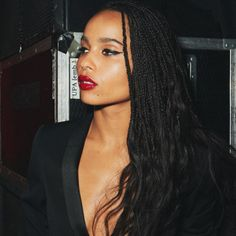 How to style the box braids? Tucked in a low or high ponytail, in a tight or blurry bun, or in a semi-tail, the box braids can be styled in many different ways. Box Braids Hairstyles, Hairstyles Games, Hair Inspo, Hair Inspiration, Zoe Kravitz Braids, Zoe Kravitz Style, Lenny Kravitz, Zoe Isabella Kravitz, Hair Colorful