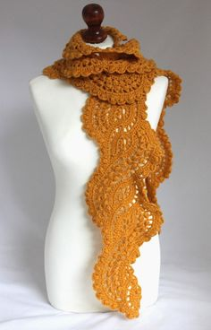 El pañuelo de encajes está tejido a ganchillo en una mezcla de lana y acrílico. Color oscuro amarillo Prestado de 92 pulgadas La bufanda enviará en una caja de papel hermoso eco. También se puede enviar el artículo por envío expreso (DHL). Que Su pedido se enviará usando