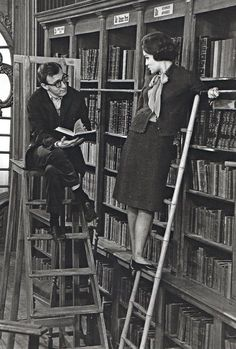 Romy Schneider and Woody Allen. Photograph by Larry Shaw. even Woody Allen takes time to read, although looking a little distracted (and became distracted a moment later). Woody Allen, People Reading, Woman Reading, I Love Books, Books To Read, My Books, Old Photos, Vintage Photos, What's New Pussycat