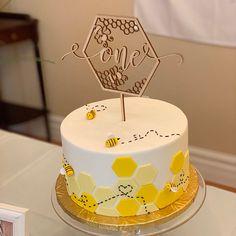 Bee Birthday Cake, Yellow Birthday Cakes, Bumble Bee Birthday, First Birthday Party Themes, 1st Birthday Girls, Birthday Cake Toppers, 1st Birthday Cake Designs, Bumble Bee Cake, Birthday Ideas