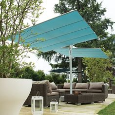 Flexy Twin is an innovative modular shade system.  It has a central aluminium pole and 2 independently closable and tiltable awnings. You may combine several Flexy Twin shade systems. www.barazzi.com #umbrella #event #lounge #outdoor #furniture #barazzi