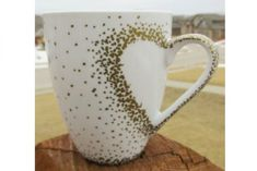 DIY Craft Project: Sharpie Mug Tutorial - Custom heart handle mugs that require no artistic ability or transfers! If you can trace and make dots you can make these mugs! Learn the easy hack! Uses oil (Creative Baking Sharpie Mugs) Sharpie Plates, Sharpie Paint Pens, Sharpie Crafts, Sharpies, Sharpie Mugs, Sharpie Projects, Gold Sharpie, Sharpie Mug Designs, Sharpie Doodles