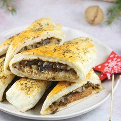 Super pyszne i bardzo proste do zrobienia paszteciki z ciasta francuskiego. To propozycja na co dzień i na Święta. Mój przepis na paszteciki z ciasta francuskiego z pieczarkami i pasztetem to pyszna przekąska. Spanakopita, Cheesesteak, Hot Dog Buns, Bagel, Sandwiches, Bread, Dinner, Ethnic Recipes, Food