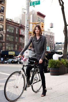 the sartorialist. The Sartorialist, New York Street Style, Model Street Style, Street Style Women, Street Styles, Cycle Chic, Bette Franke, Urban Bike, Cycling Girls