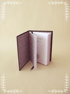 Cuadernito estilo cartoné.  Medidas 10.5 x 15 cm. aproximadamente.  Tapas duras forradas en tela de encuadernación negra.   Portada para incluir el nombre. 48 hojas lisas de 80 gr.