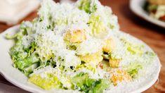 Caesar Salad ricetta americana, insalata con uovo crostini di pane e Parmigiano