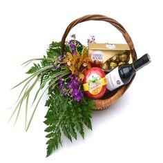 ANCHETA CATLEYA. Elegante mini ancheta tipo ejecutivo.  Contiene:  1 botella x 375 ml Vino Santa Rita + 1 queso Gouda Colacteos x 250 gr + 1 caja chocolates ferrero x 8 und, hermosamente decorada con un detalle floral elaborado con orquídeas catleya, alelies y follajes