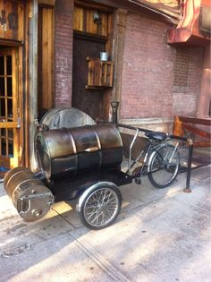 Holy moly this is rad Custom Bbq Grills, Bicycle Cart, Food Cart Design, Bike Food, Hot Dog Cart, Food Vans, Coffee Carts, Bike Trailer, Mobile Shop
