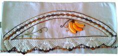Guardanapo em sacaria de primeira linha (próprio para panos de prato)  44x74cm de tamanho (sem o crochê,pois varia em cada modelo) Bico e Bananas feito em crochê e bordado a mão Prazo de entrega a combinar R$ 35,90