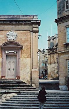 Precincts of St Lawrence, Malta  http://www.dorothydunnett.co.uk/duimages/duprecincts2500.jpg