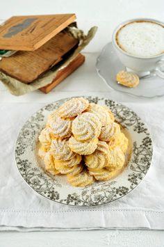 Bereiden: Meng boter en suiker onder elkaar. Meng de eieren, het zout en de bloem eronder en kneed tot een compact geheel. Vul een spuitzak met een gekarteld spuitmondje en spuit koekjes op een beboterde bakplaat. Bak af: Bak gedurende 20 min. in voorverwarmde oven van 140°C.© Foto: Roos Mestdagh