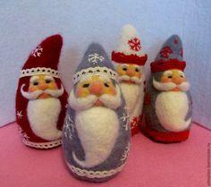 Купить или заказать Новогодняя игрушка Дед Мороз в интернет-магазине на Ярмарке Мастеров. Он к бровям моим прирос, Он залез мне в валенки. Говорят, он Дед Мороз, А шалит, как маленький! Он испортил кран с водой В нашем умывальнике. Говорят, он с бородой, А шалит, как маленький! Он рисует на стекле Пальмы, звёзды, ялики. Говорят, ему сто лет, А шалит, как маленький! (Е. Тараховская Дед Мороз) Маленькие Деды Морозы - низенькие и толстенькие или тоненькие и высокие, в тёплых войлочных шубках и…