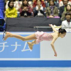 Schwebend: Die chinesische Eiskunstläuferin Li Zijun bei ihrem Beitrag im Wettkampf um die Eiskunstlauf-World Team Trophy in Tokio. (Foto: Kazuhiro Nogi/AFP)