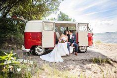 #bruidsfoto #bruidsfotografie #amerongen #trouwauto #transporter #brielle #breezze #oleartsduyn #oostvoorne #trouwjurk #photo-idea #trouwauto #trouwfoto #fotograaf-hellevoetsluis  14 juli 2014: Precies 7 jaar later en Sandra & Siebe zijn nog altijd dol op elkaar. In een authentiek rood volkswagen busje vertrok dit bruidspaar én echte natuurliefhebbers voor de bruidsreportage naar mooie plekjes in de natuur. De stijlvolle trouwlocatie was ook het decor voor de…