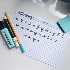 Ola! Pra quem tava com saudade, resolvi fazer um agrado! 💁🏼♀️😂 O alfabeto da letra que eu uso para fazer os titulos dos meus resumos e…