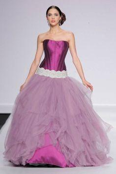Jordi Dalmau vestito da sposa fucsia e lilla