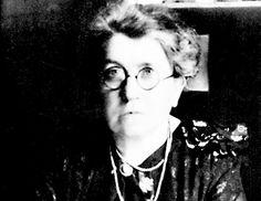 """Emma Goldman: ... Zenbat eta ustezko iraultza gehiago ikusi, orduan eta indartsuagoa zen Goldmanen antiautoritarismoa; Errusia komunistan ere ez zuen topatu esperotako utopia. Emakumeen borroka anarkismoaren barruan ikusten zuen ezinbestean. Hala ere, gogor eutsi zien bere printzipioei, mugimenduaren barruan ere: """"Ezin badut dantza egin, hau ez da nire iraultza""""... @gaztezulo"""