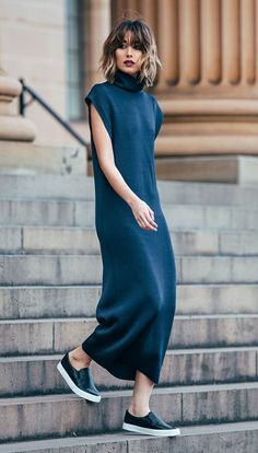 Street style look com vestido azul e slip on preto.