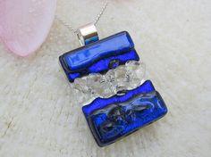 Colgante de textura transparente y dicroico azul por FoxWorksStudio
