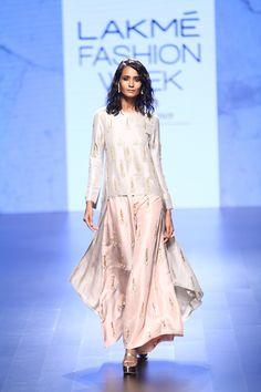 Payal-Singhal-Lakme-fashion-week-2016_indian-fashion-online_scarlet-bindi-neha-oberoi2.jpg (800×1200)