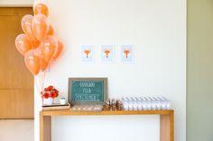 Mesa com balões de gás e lembrancinhas para festa com tema de raposas.  Foto: Juliana Laporta Fotografia