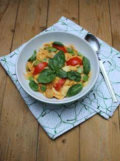 Pasta mit dicken Bohnen, Ziegenkäse, Tomate und Basilikum