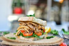 Vegan Mushrooms Sandwich - Plant Based on a Budget Easy Vegan Mushroom Sandwich Recipe Vegan Sandwich Recipes, Sandwich Ingredients, Veggie Sandwich, Lunch Recipes, Vegan Recipes, Vegetarian Sandwiches, Tomato Sandwich, Vegan Food, Breaded Tofu