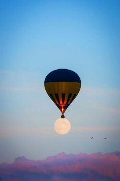 A beautiful image of a hot air balloon floating over a full moon. The air balloon on top of the moon seems as if it's carrying the moon to take off! An interesting illusion with the aesthetics used! Excited Pictures, Cool Pictures, Cool Photos, Random Pictures, Air Balloon Rides, Hot Air Balloon, Moon Balloon, Air Ballon, Stars Night