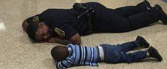 FOTO | El gesto de una policía que ha conmovido a las redes...
