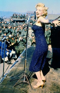 Marilyn Monroe and Joe DiMaggio were on their honeymoon in Tokyo, Japan in February of 1954 when Marilyn recieved an invitation from General John E. Hull's Far East command to entertain the U. troops stationed in war torn Korea. Hollywood Glamour, Classic Hollywood, Old Hollywood, Joe Dimaggio, Marilyn Monroe Fotos, Marilyn Monroe Clothes, Marilyn Monroe Style, Marilyn Monroe Wedding, Norma Jean Marilyn Monroe