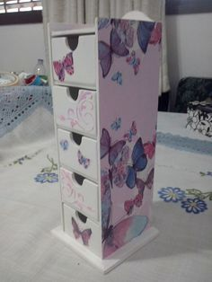 Decoupage Ideas, Fascinator, Diy, Hand Painted, Crafts, Furniture, Handmade Crafts, Painted Trays, Wooden Crates
