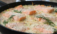 Linda Stuhaugs oppskrift på laks med kremet parmesansaus er en populært rett som gir nytt liv til laksefileten. Food N, Food And Drink, Fish Dinner, Cooking Recipes, Healthy Recipes, Food For A Crowd, Salmon Recipes, Food Design, Love Food