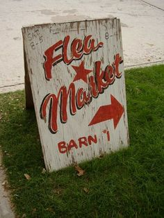 Shabby white and red Flea Market sign Antique Fairs, Antique Market, Vintage Market, Antique Stores, Flea Market Style, Flea Market Finds, Flea Markets, Old Signs, For Sale Sign