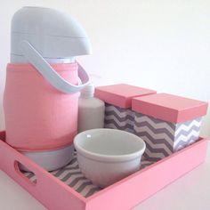 Lindo Kit Higiene para o enxoval do seu bebê.  Composto por garrafa térmica de pressão, dois potinhos de madeira, aparador de água, bandeja sobreposta por tecido e vidro.