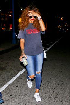 Rihanna leaving a restaurant in WeHo (Aug.17) @VinaKsena مجد