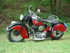 Se habla mucho de las Harley-Davidson, y pocos recuerdan las gloriosas Indian. Aquí un ejemplo de una Sport Scout 1940. Mi padre siempre me cuenta la vez  que una Indian blanca le corrió a su HD por Bilbao en los 60s.