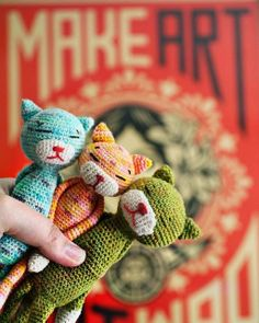 Crochet Cat: free pattern. Details of construction. http://www5a.biglobe.ne.jp/~mite/diagram/crochetedCat.html