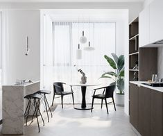 Office Furniture : Neutral and monochrome – via Coco Lapine Design -Read More – Dining Room Lamps, Dining Room Design, Dining Area, Interior Design Kitchen, Interior Design Living Room, Interior Modern, Gravity Home, Dining Room Inspiration, Interior Inspiration
