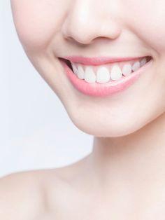 Du hast keine Lust für deine Zahnreinigung zu bezahlen? Musst du auch nciht, denn du kannst dir Zahnstein auch selbst entfernen. Wir verraten dir wie.